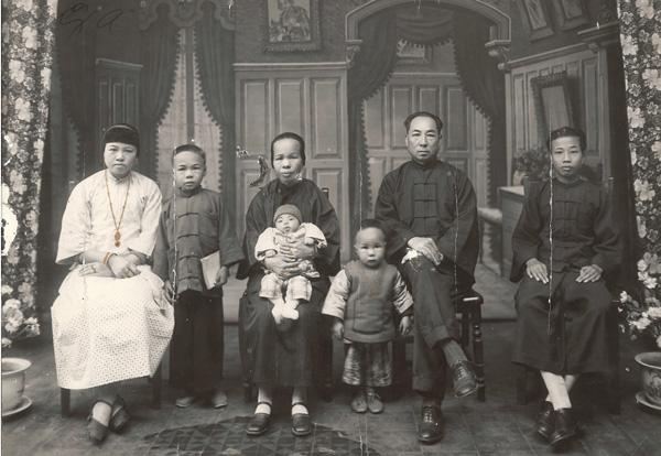 Lee Gang Bong Family Portrait ca. 1930