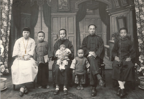 Lee Gang Bong Family Portrait ca. 1930
